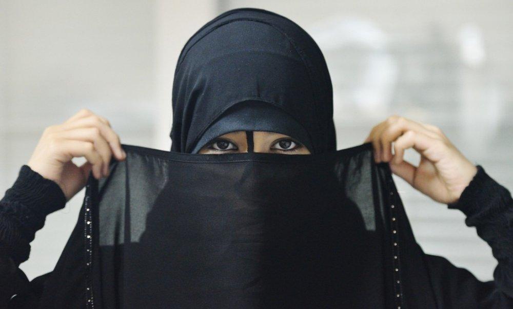 mujer llevando burka